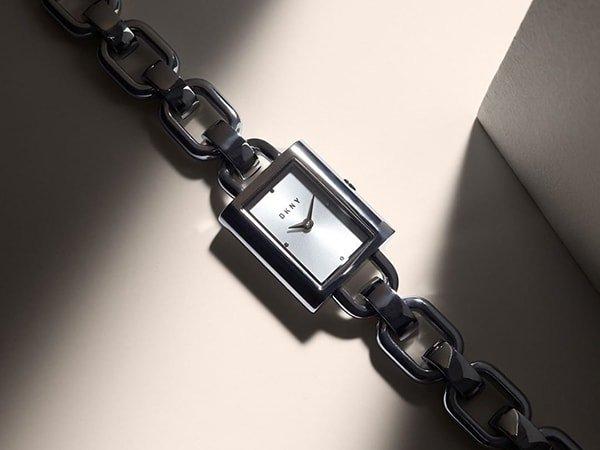 Stylowy zegarek DKNY na bransolecie idealny do każdej stylizacji