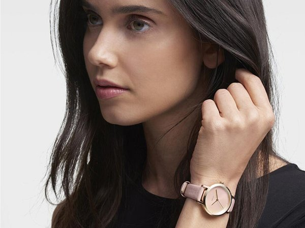 Damski zegarek DKNY na pasku w kolorze purdowego różu.