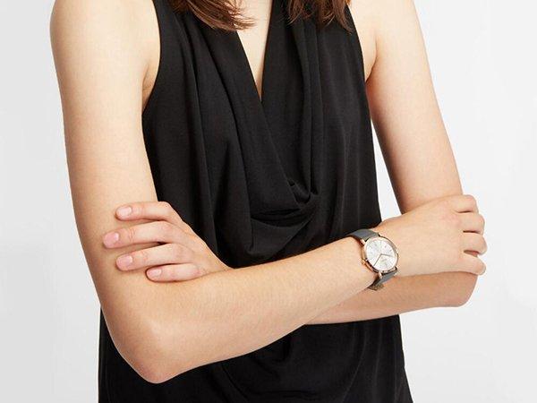 Zegarek DKNY w stylu fashion na skórzanym pasku w szarym kolorze