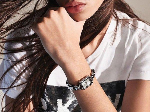Biżuteryjny zegarek DKNY na srebrnej bransolecie