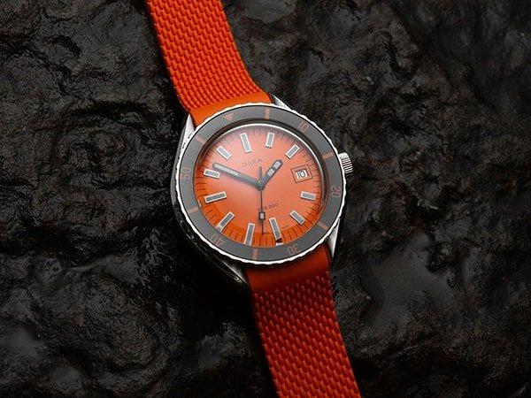 Szwajcarski zegarek Doxa w pomarańczowym kolorze