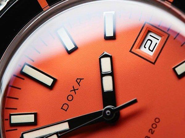 Zegarek Doxa z pomarańczową tarczą i datownikiem