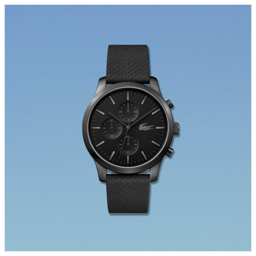 Zegarek męski Lacoste z kwarcowym mechanizmem w czarnym kolorze na skórzanym pasku.