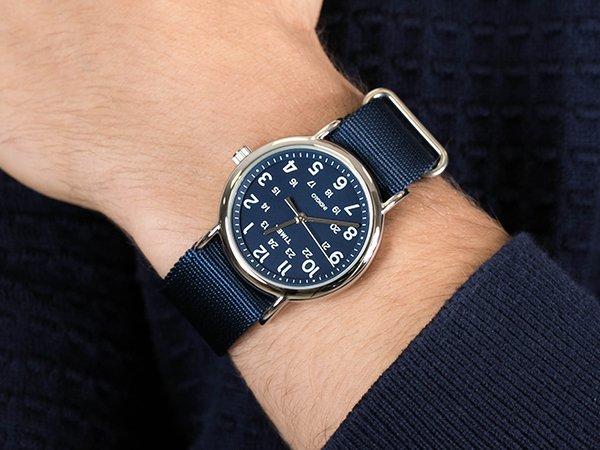 Stylowy zegarek Timex na parcianym pasku w granatowym kolorze