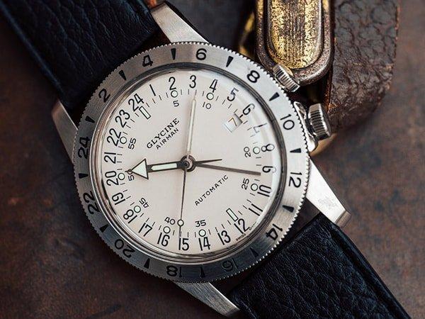 Automatyczny zegarek Glycine Airman na czarnym skórzanym pasku.