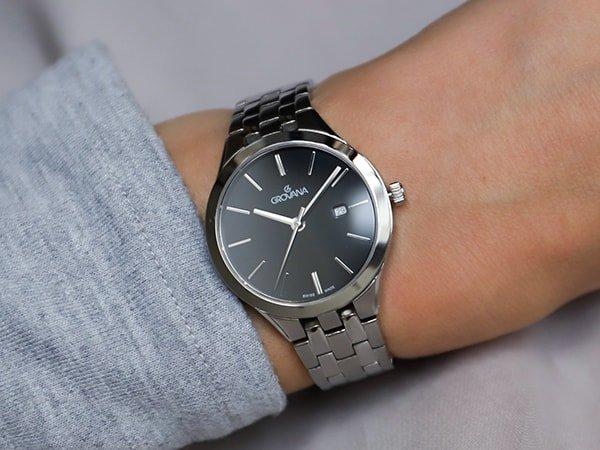 Zegarek Growana na klasycznej bransolecie z ciemną tarczą.