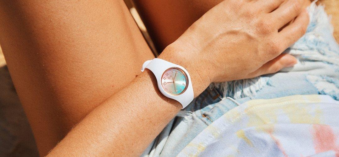 Młodzieżowy, damski zegarek ICE Watch ICE Sunset na silikonowym pasku w białym kolorze, koperta z tworzywa sztucznego również w białym kolorze. Analogowa tarcza jest w różowo - niebieskie ombre.