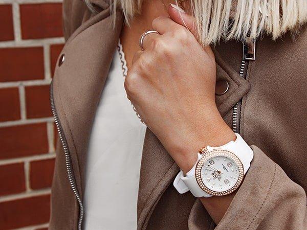 Zegarek Ice watch w białym kolorze na pasku dla niej.