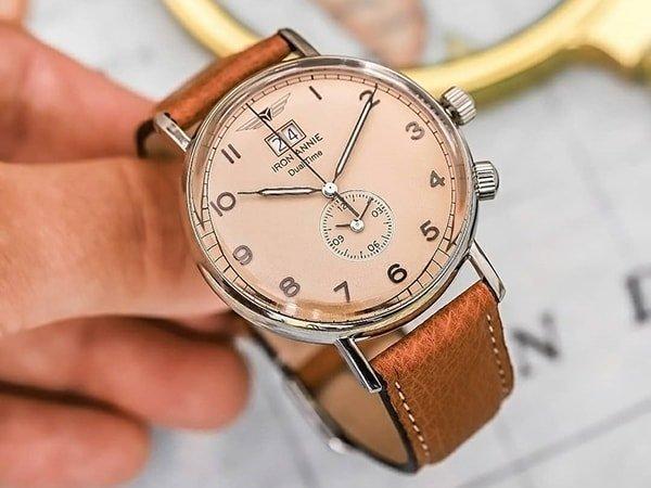 Stylowy zegarek Iron Annie z subtarcza na tarczy oraz datownikiem na godzinie 12.