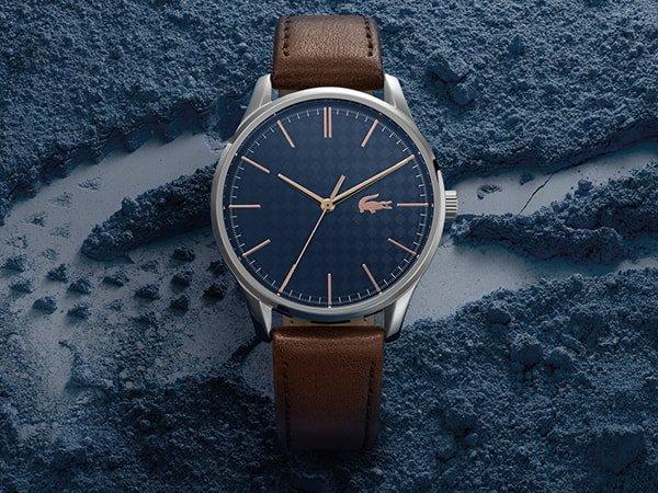 Elegancki zegarek Lacoste na brązowym skórzanym pasku.