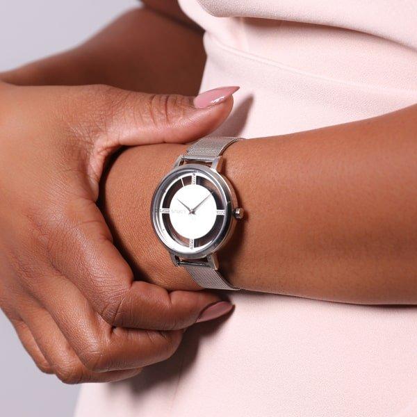 Zegarek Lorus na srebrnej bransolecie typu mesh z interesującą nietypową tarczą w stylu skeleton.