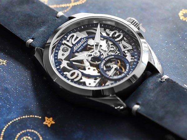 Zegarek Atlantic na pasku z widocznym mechanizmem mechanicznym.
