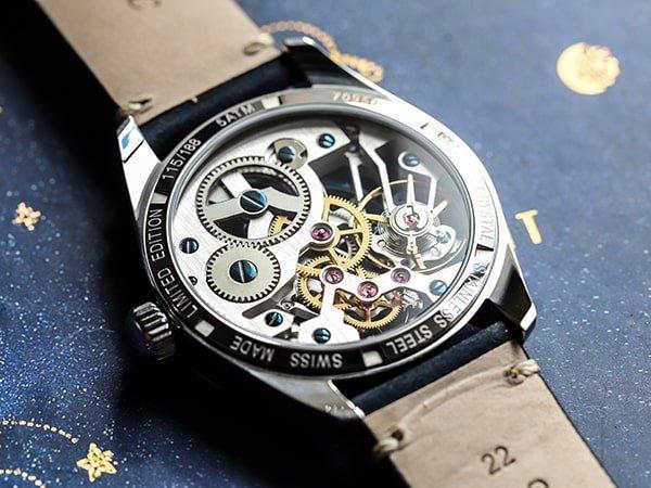 Zegarek Atlantic z widocznym mechanizmem mechanicznym.