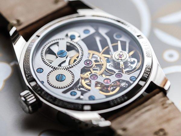 Przejrzysty dekielek mechanicznego zegarka Atlantic