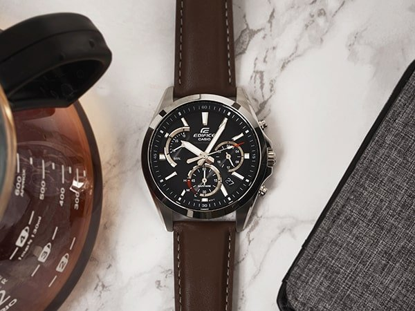 Sportowy zegarek Edifice na brązowym pasku.