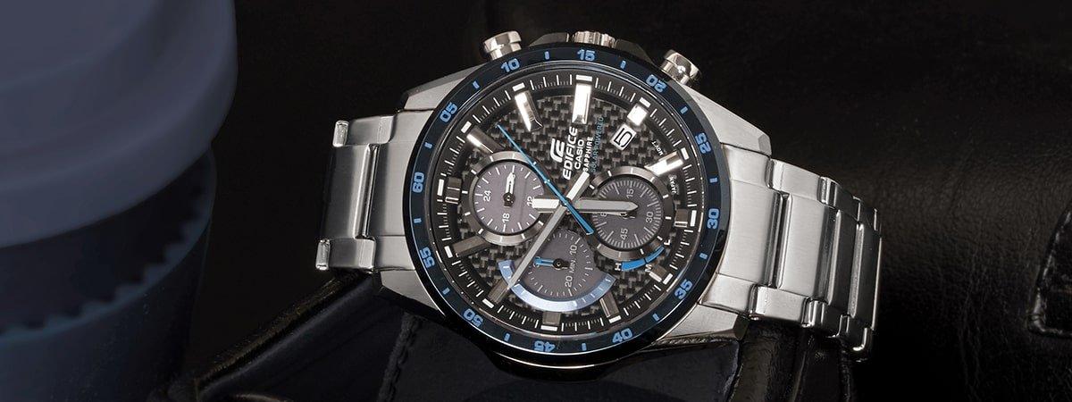 Srebrny zegarek dla niego na bransolecie.