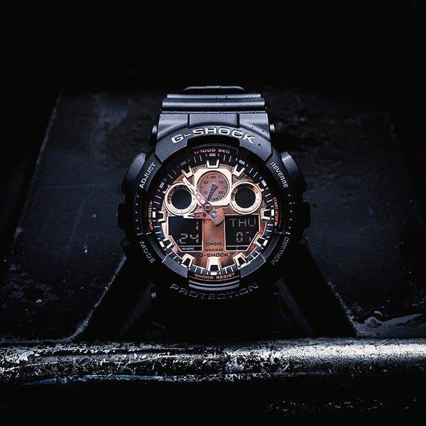 Męski zegarek G-Shock w czarnym kolorze z jasną tarczą w kolorze różowego złota.