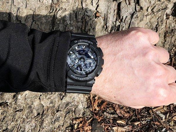 Zegarek G-Shock w czarnym kolorze.