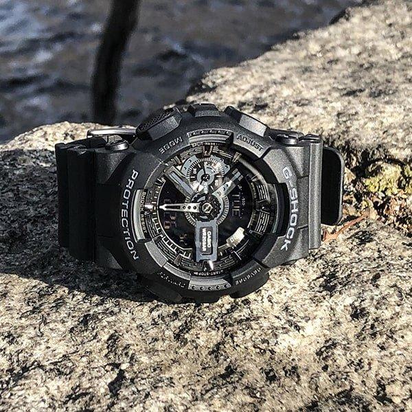 Wielofunkcyjny zegarek G-Shock w czarnym kolorze.