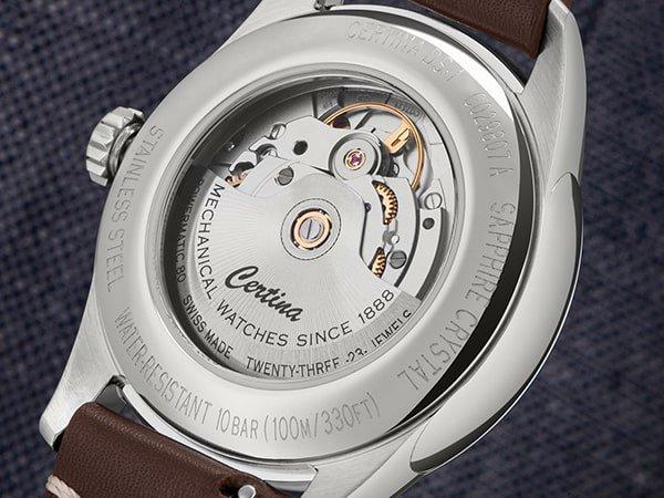 Tył zegarka Certina z widocznym mechanizmem z tyłu.