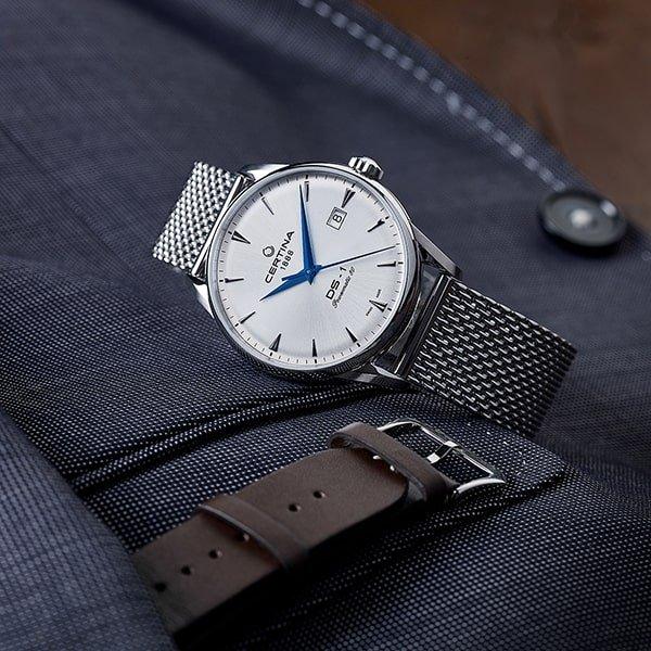 Srebrny zegarek Certina DS-1 na bransolecie mesh z białą tarczą z datownikiem.