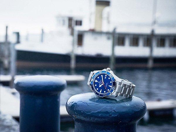 Analogowe zegarki dla nurków na srebrnej bransolecie wysokiej jakości