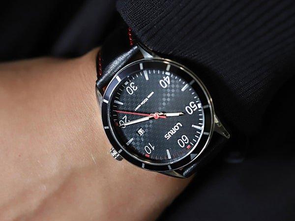 Stylowy zegarek Lorus na skórzanym pasku w czarnym kolorze z czerwonymi szwami.