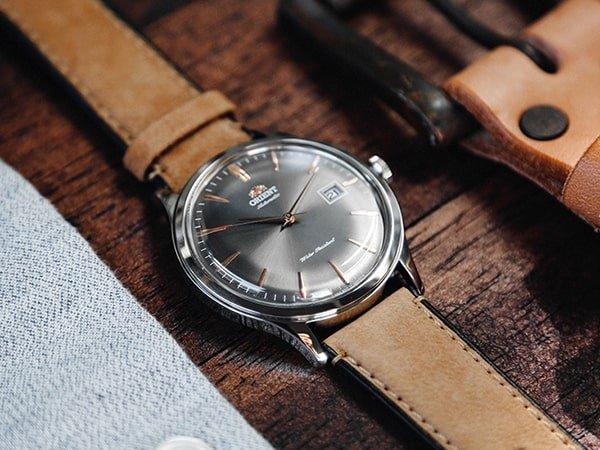 Zegarek Orient z naciągiem automatycznym na brązowym pasku.