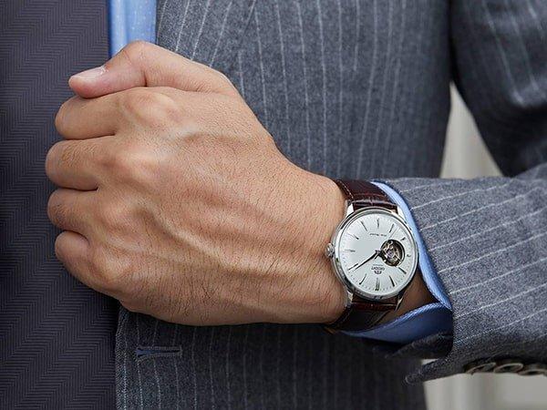 Zegarek automatyczny z tarczą typu open-heart.