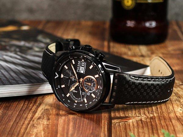Zegarek Pulsar w czarnym kolorze z akcentami w kolorze różowego złota.
