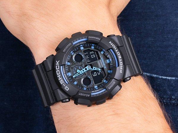 czarny g-shock z niebieskimi detalami