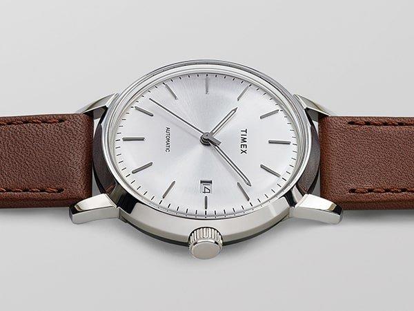Zegarek Timex Marlin z srebrną tarcza na brazowym pasku.