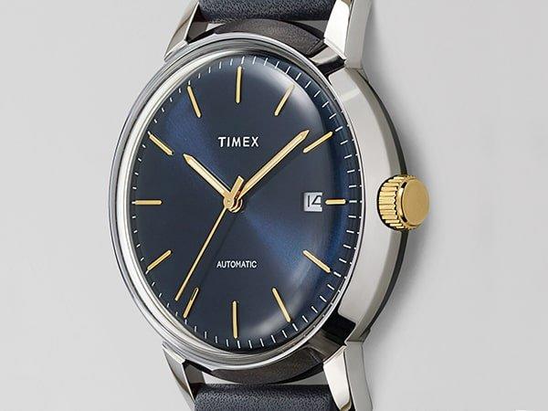 Elegancki zegarek Timex z granatową tarczą z datownikiem ze złotymi indeksami