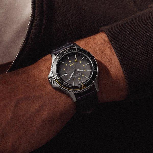 Klasyczna wersja zegarka Timex Expeditin na czarnym skórzanym pasku z mechanizmem solarnym.