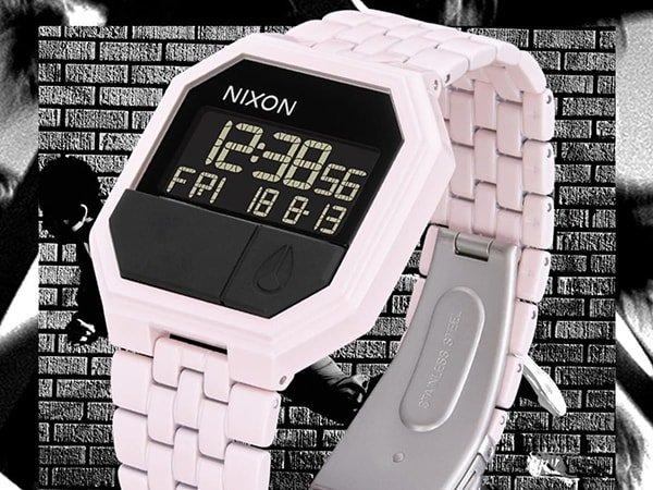 Zegarek Nixon re-run na bialej bransolecie z cyfrowa tarcza