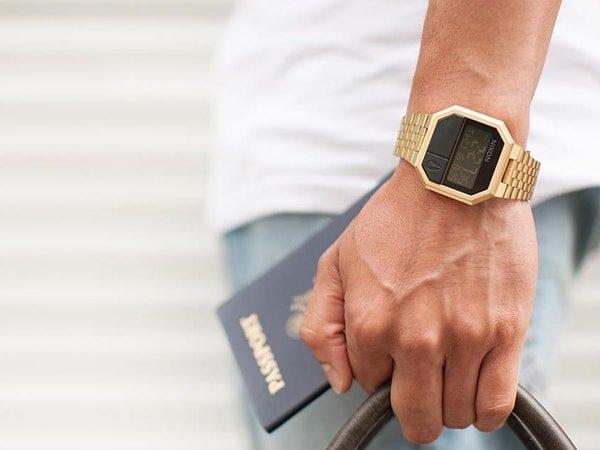 Zegarek Nixon re-run w stylu vintage na zlotej bransolecie