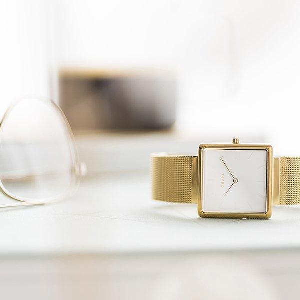 Piękny zegarek Obaku Denamrk na złotej bransolecie mesh z kwadratowa tarczą.