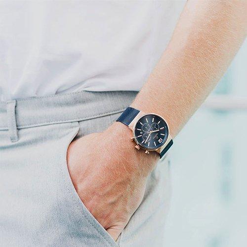 Ciekawy zegarek Obaku Denmark w granatowym kolorze z datownikiem i chronografem.