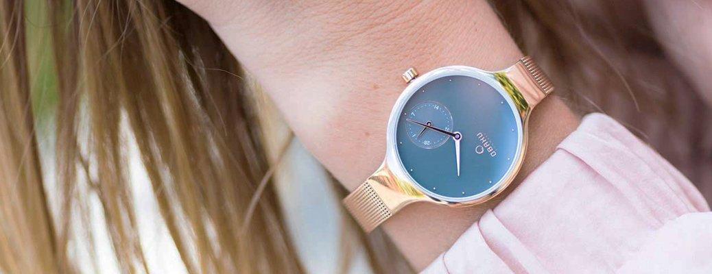 Klasyczny zegarek Obaku Denmark na złotek bransolecie tupy mesh z datownikiem na granatowej tarczy.