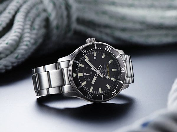 Klasyczny zegarek Orient Star na srebrnej bransolecie.