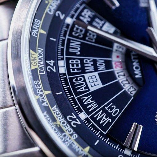 Zegarek Orient z srebrną bransoletą oraz niebieską tarczą na której jest wieczny kalendarz.