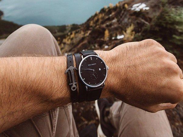Zegarek Paul Hewitt na czranym skórzanym pasku z zsrebrną koperta oraz minimalistyczną tarczą
