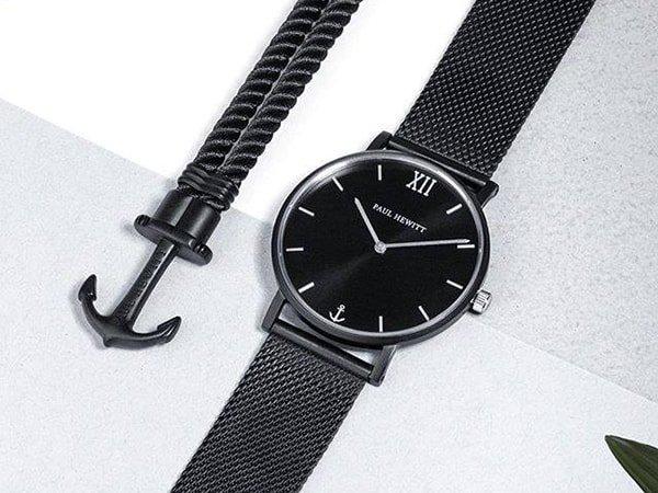 Zegarek Paul Hewitt w czarnym odcieniu na bransolecie mediolański9ej z srebrnymi indeksami na tarczy
