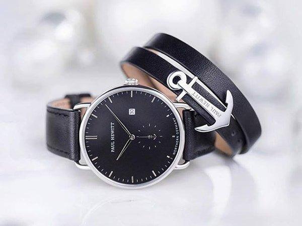 Czarny zegarek Paul Hewitt w stylu fashion idealny do każdej stylizacji.