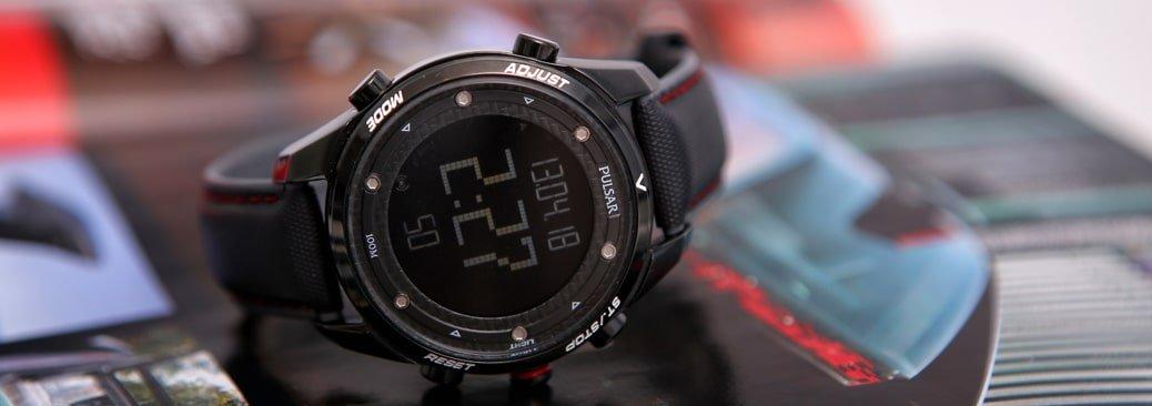 Męski zegarek do biegania Pulsar z mechanizmem kwarcowym oraz cyfrową tarczą. Zegarek Pulsar jest na parcianym pasku z czarną kopertą ze stali.