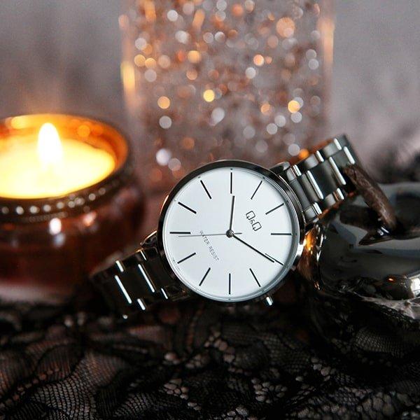 Elegancki zegarek QQ z klasyczną tarczą oraz srebrną bransoletą.