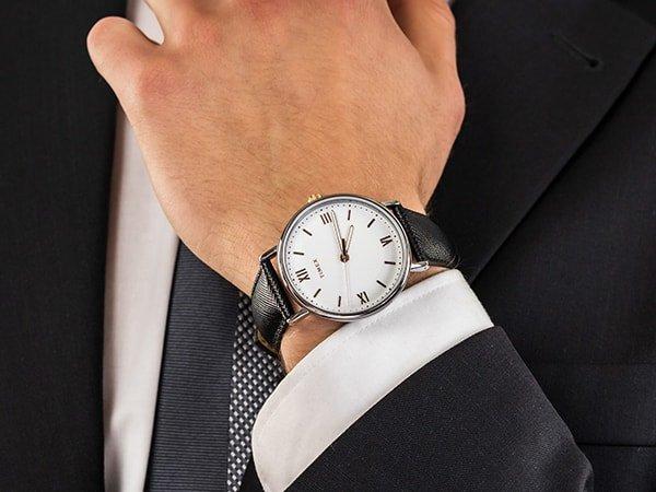 Elegancki zegarek Timex na czarnym skoórzanym pasku z białą minimalistyczną tarczą