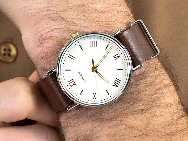 Timex Southview na brązowym pasku z białą tarczą oraz złotymi akcentami