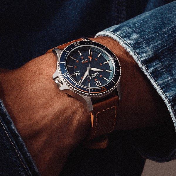 Klasyczna wersja zegarka Timex Expeditin na brązowym skórzanym pasku z mechanizmem solarnym.
