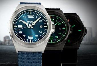 Sportowy, męski zegarek Traser na niebieskim parcianym pasku z analogową niebieską tarczą oraz srebrną kopertą.